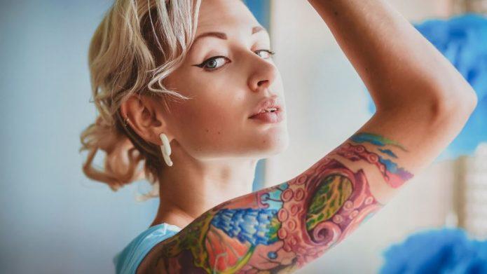 женское тату на плече, полурукав