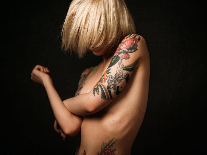 женское тату на плече