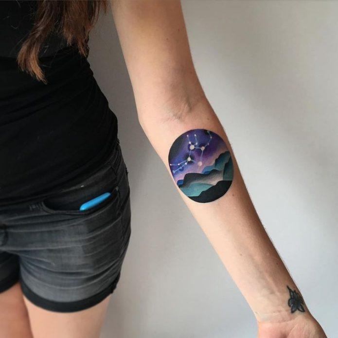 маленькая тату космос на руке для девушки