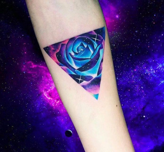 тату роза космическая на руке акварель