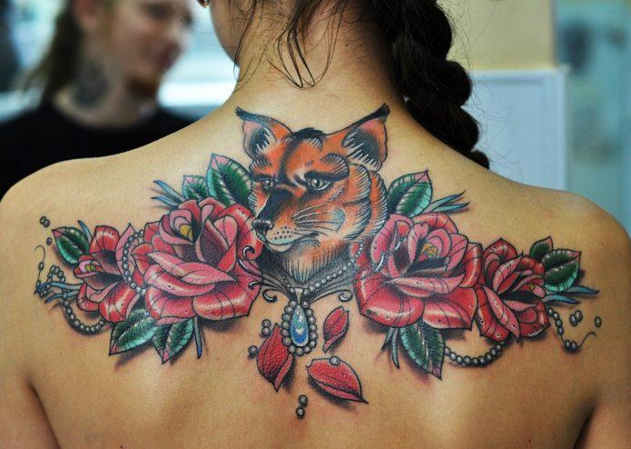 тату лиса и розы на спине в цвете