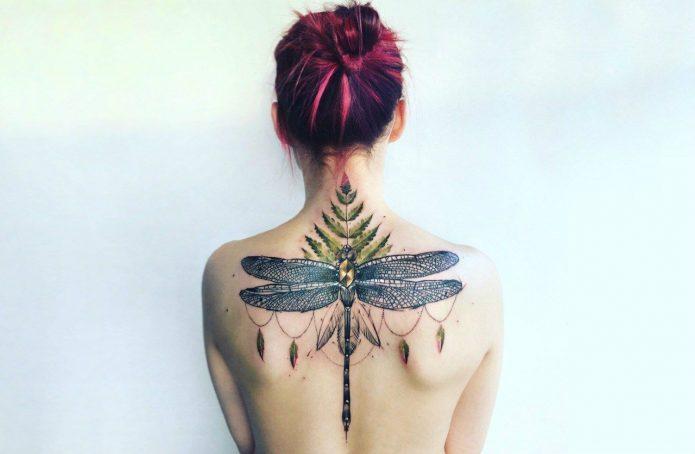 женское тату в цвете стрекоза на спине