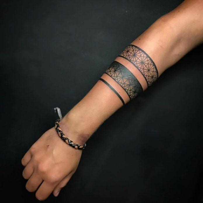 тату браслет орнаментал на руке