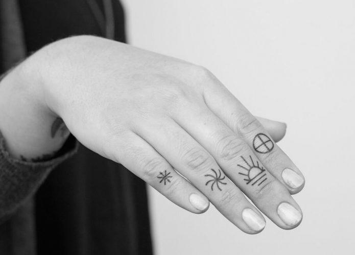 тату чб на пальцах для девушек
