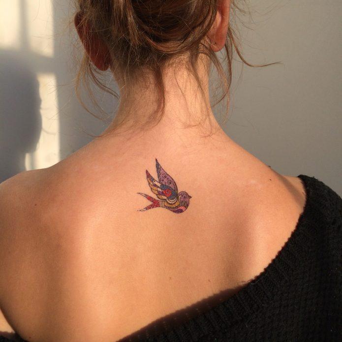 мини-тату на спине птичка