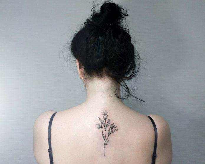 цветок чб на позвоночнике тату для девушки