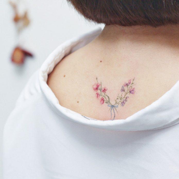 мини-тату нежные цветы на спине
