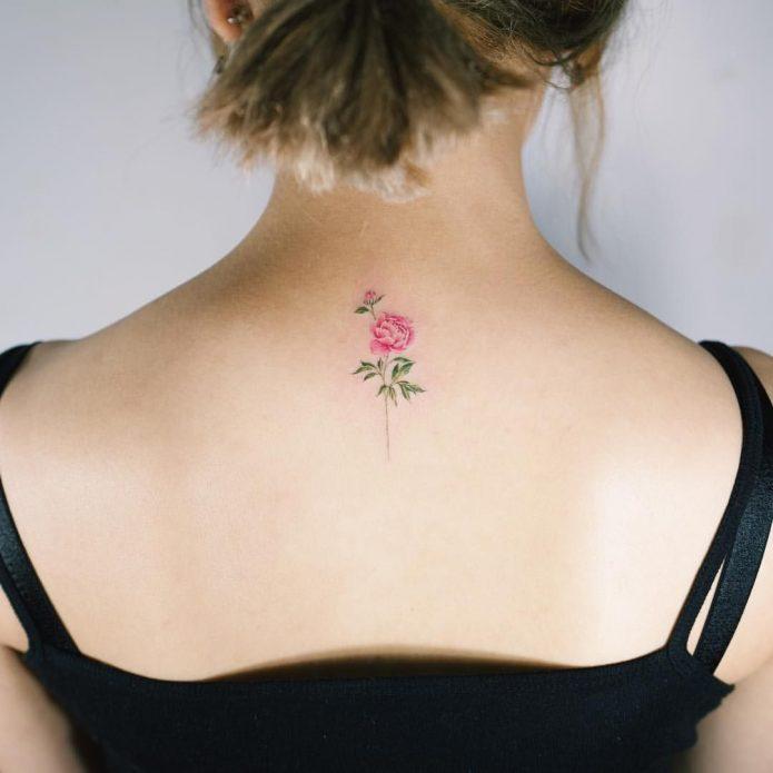мини пион тату на спине в цвете