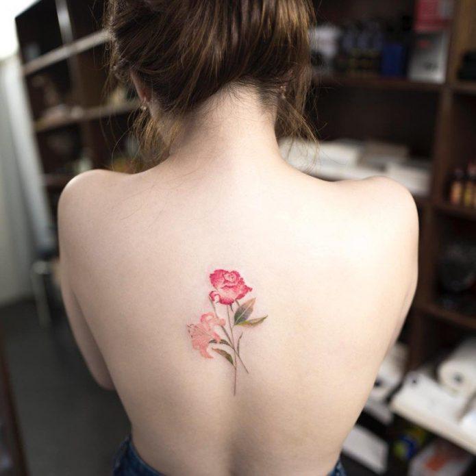 небольшое тату цветы на спине