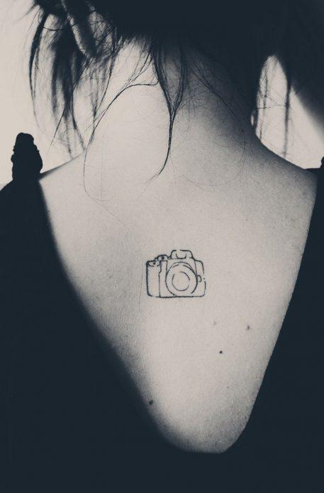 тату мини фотоаппарат на спине