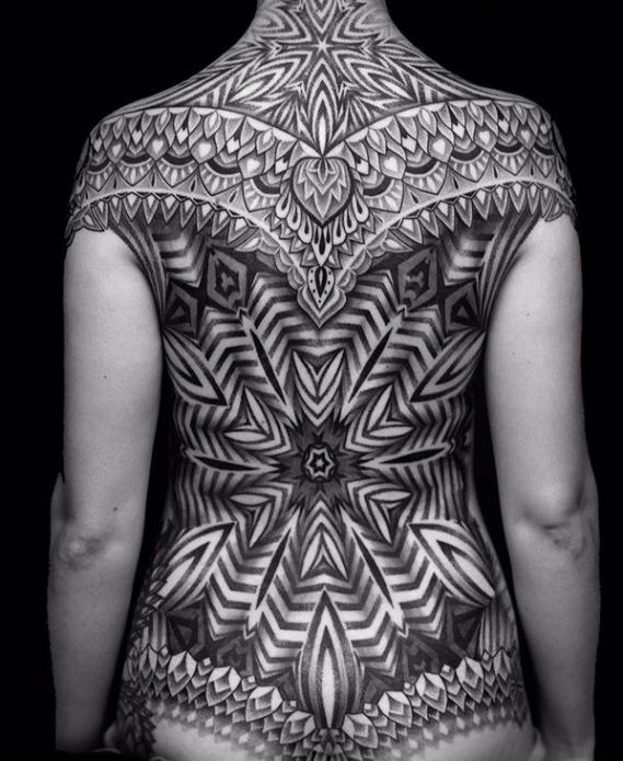 орнамент монохром на всю спину татуировка