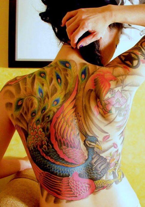 красивая татуировка павлин на спине