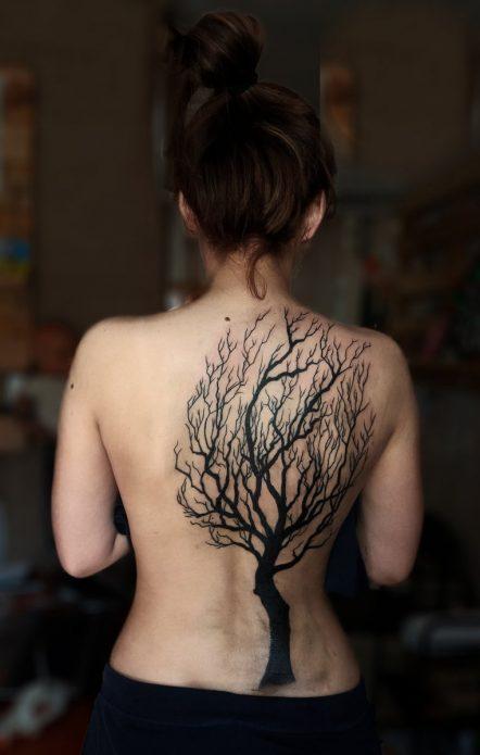 чёрное тату дерево на спине для девушек