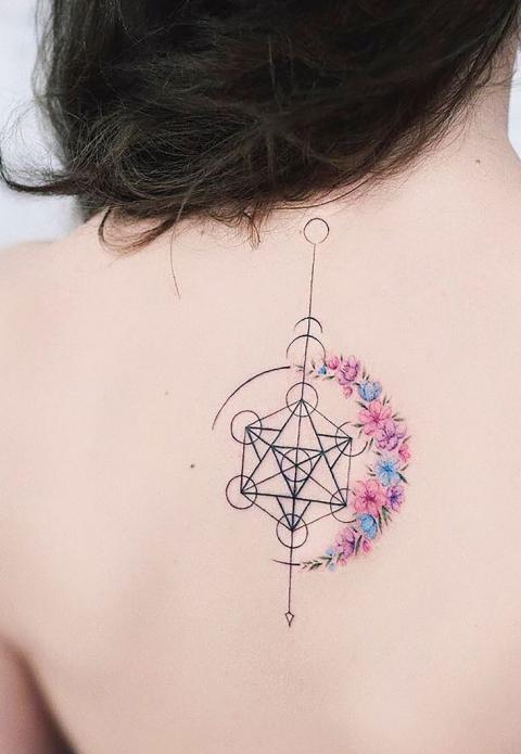 стиль геометрия тату на позвоночнике для женщин