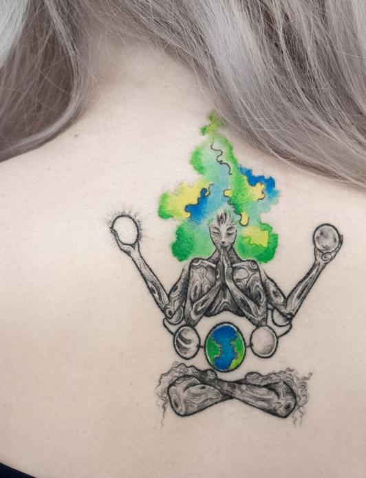 оригинальное тату медитация планета на спину