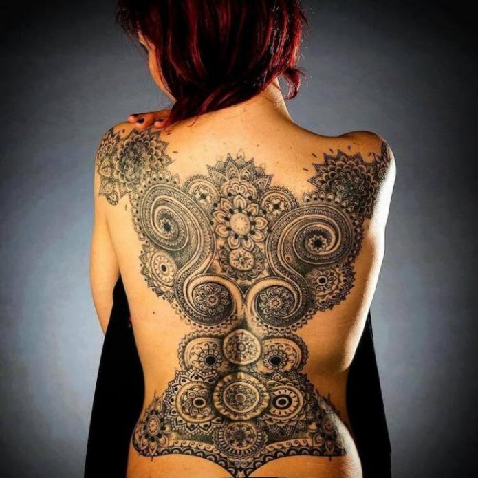 орнамент кружево женское тату на спину