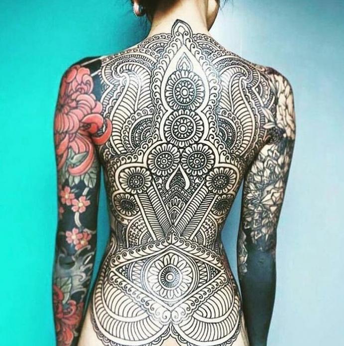 орнаментальная женская татуировка по всей спине