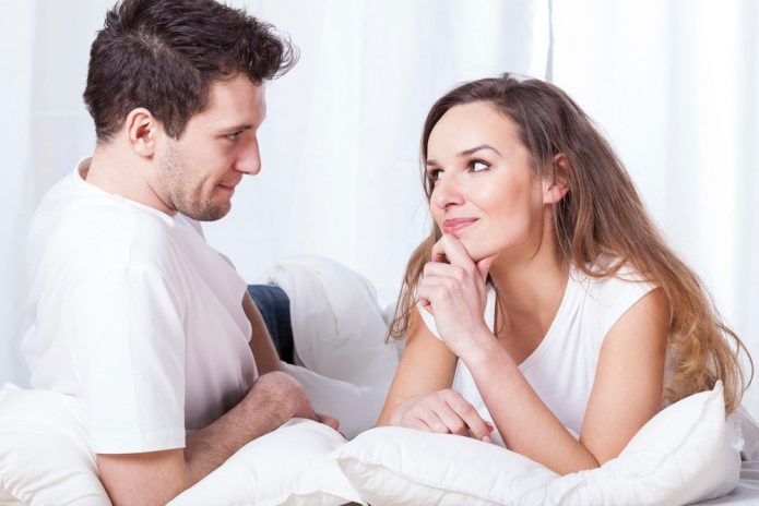 Девушка хитро смотрит на парня
