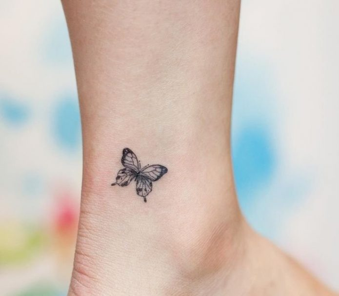чб маленькая тату бабочка на ноге