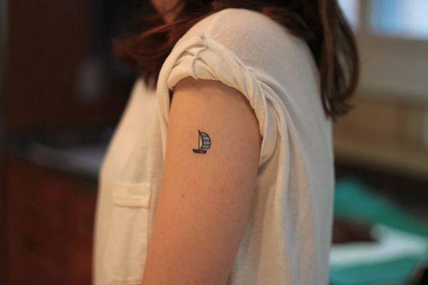 микро-тату кораблик на плече