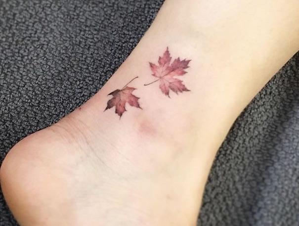 маленькое цветное тату на ноге кленовые листья