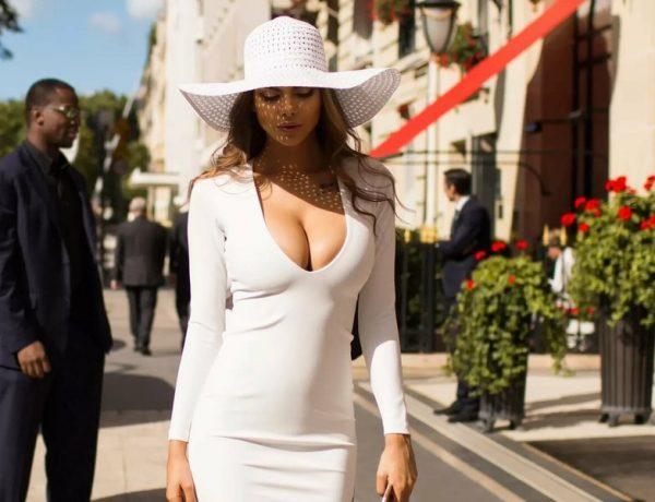 Девушка с красивой грудью в белой одежде