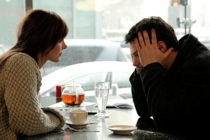 Девушка и парнеь за столом ругаются