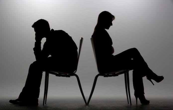 Пара в ссоре сидит друг к другу спиной