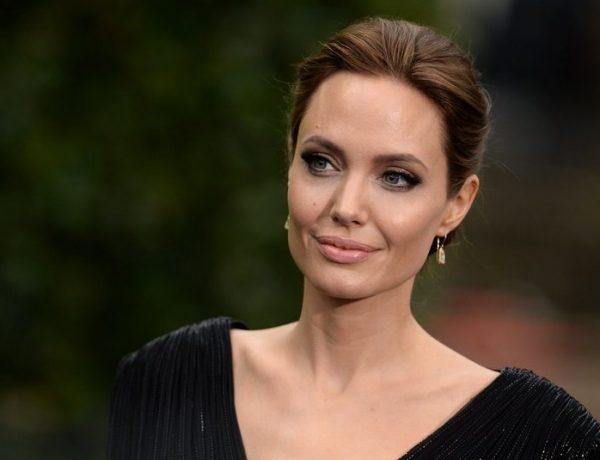Джоли раскритиковали из-за накладной груди