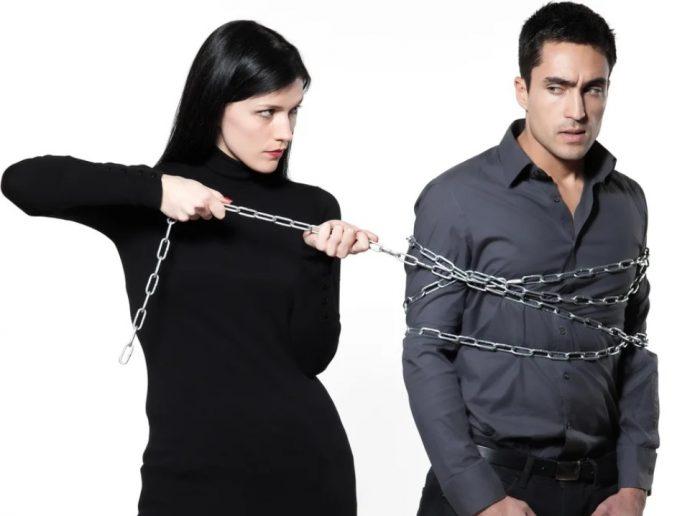 Женщина привязывает к себе мужчину