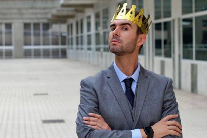 Гордый мужчина в короне