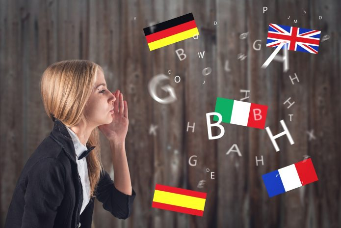 Женщина говорит на разных языках