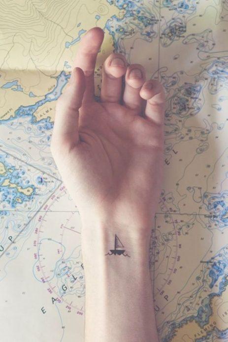 мини тату для путешественниц на запястье чб, кораблик