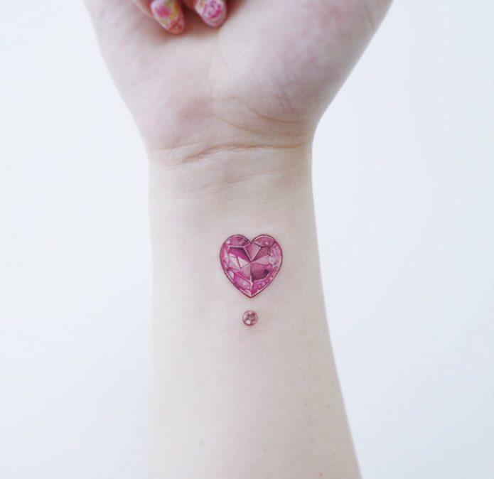 розовое сердечко на запястье тату мини для девушек