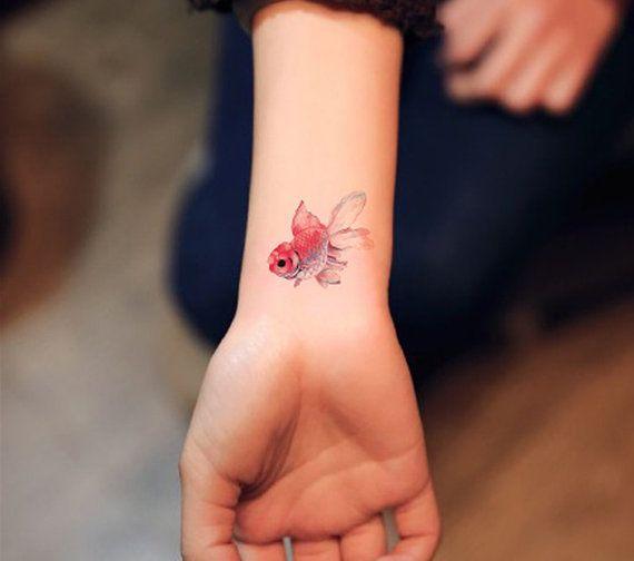 мини тату в цвете для девушек золотая рыбка