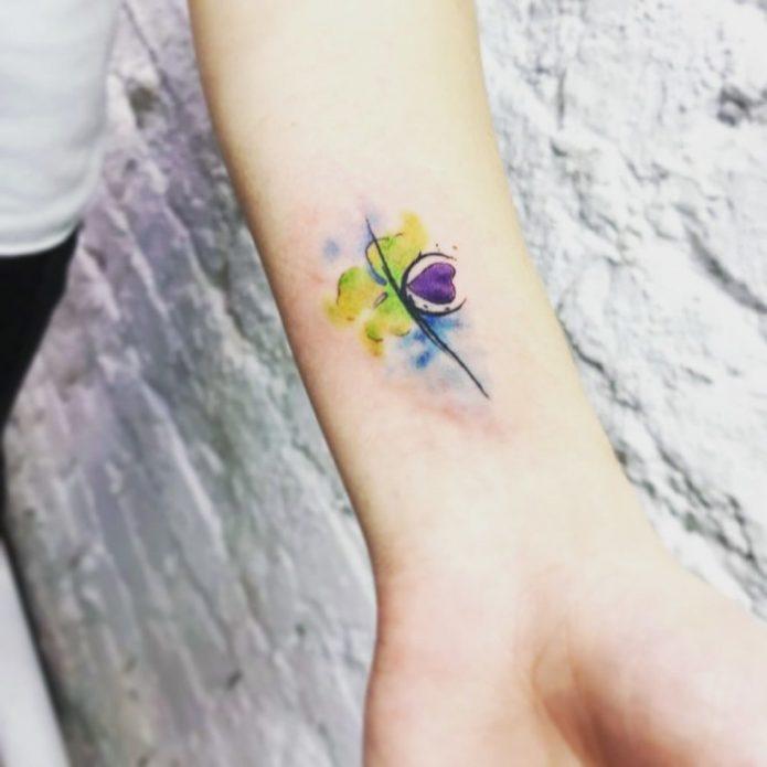 небольшое акварельное тату для девушек на руке