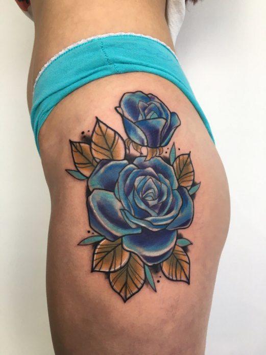 Голубая роза на бедре и попе