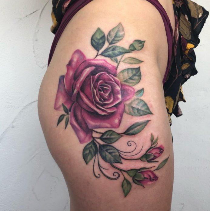 Большое тату роза на бедре