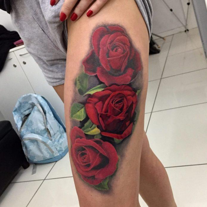 Тату розы красные на бедре у девушки