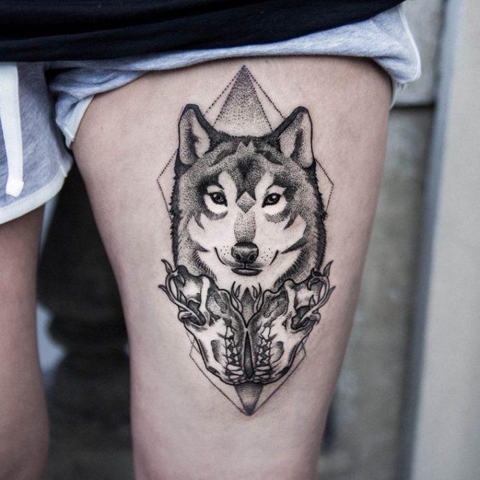 Волчица тату на бедре для девушек
