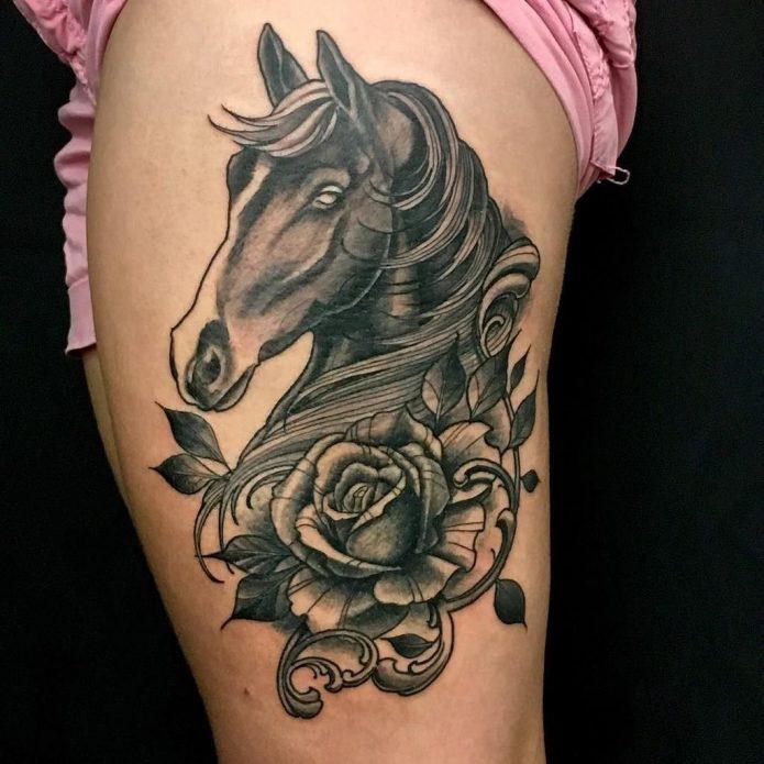 Лошадь тату на бедре для девушек