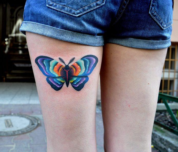 Бабочка тату на бедре для девушек