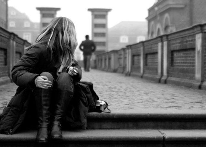 Женщина смотрит вслед мужчине