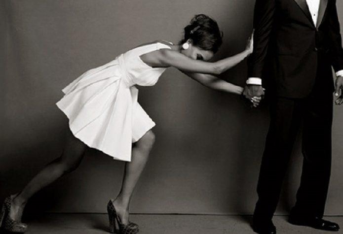 Женщина отталкивает мужчину
