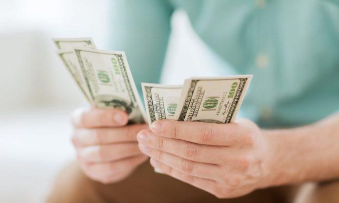 доллары в женских руках