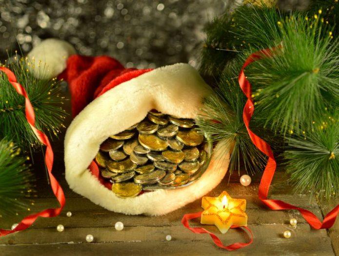 монеты в новогоднем колпачке, ель, мишура