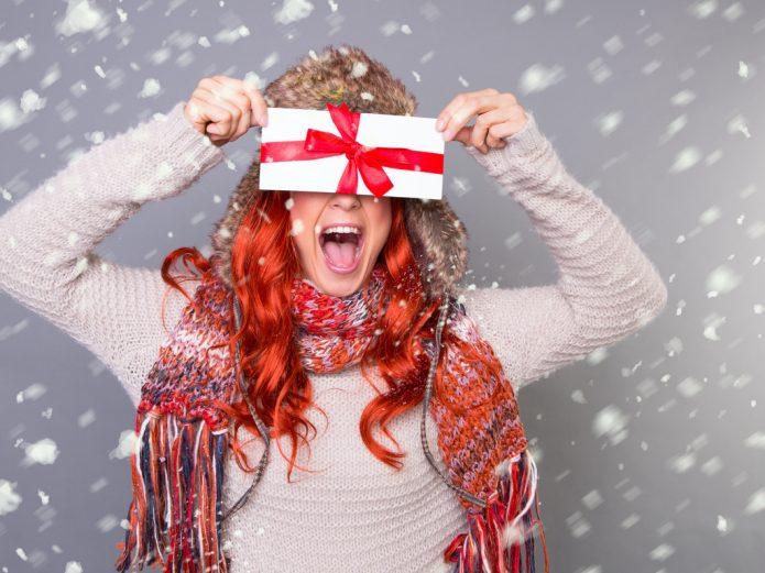снег, счастливая девушка с подарком