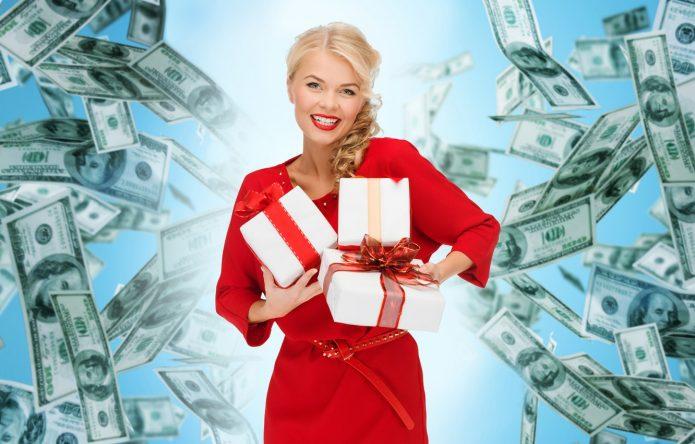 девушка в красном с подарками на фоне долларов