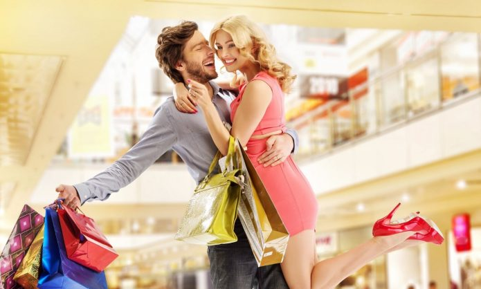 парень и девушка с покупками, радость