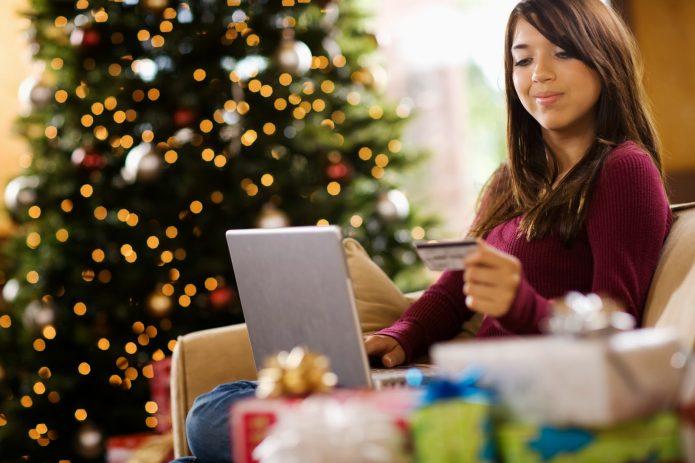 девушка покупает в интернете, пластиковая карта, новогодняя елка, подарки